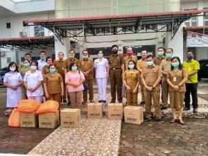 Foto Bersama : Bupati Nias Barat Faduhusi Daely S. Pd bersama Wakil Bupati Khenoki Waruwu, Para Asisten serta Pejabat Eselon III dan Para Kapus serta Petugas Kesehatan RSU Pratama Nias Barat.